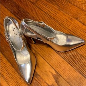 New quipid high heels silver. Never worn size 81/2